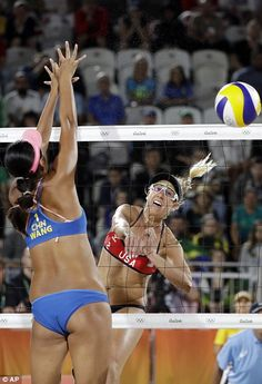 Team USA defeated Team China in beach volleyball – Couple Beach Volleyball Girls, Volleyball Shorts, Women Volleyball, Beach Girls, Olympic Volleyball Players, Volleyball Skills, Volleyball Tournaments, Laura Ludwig, Olympic Records