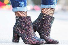 Uma das principais tendências em sapatos femininos para este inverno são as botas com glitter. São ótimas opções para compor lookspara eventos, festas e jantares. Mas, estas botas também podem funcionar muito bem para o dia a dia – afinal, já passou o tempo em que era permitido, pelas leis do mundinho da moda, usar brilho apenas de noite. Hoje é possível usar o que desejarmos, onde e quando nos der vontade.♡ Muitas lojas brasileiras trouxeram botas com glitter lindas em suas novas coleções…