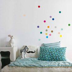 gekleurde-stippen-muur