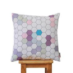"Modern Decorative Pillow, Nursery Pillow, Kids Pillow, Throw Cushion, Pink Gray Honeycomb 16"" x 16"" di LoveJoyCreate su Etsy https://www.etsy.com/it/listing/225914208/modern-decorative-pillow-nursery-pillow"