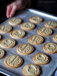 Citronové sušenky - Lemon cookies www.peknevypecenyblog.cz Slovakian Food, Cookie Recipes, Dessert Recipes, Yummy Treats, Yummy Food, Rainbow Food, Croatian Recipes, Lemon Cookies, Happy Foods