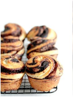 chocolate brioche - also has a matcha version Just Desserts, Delicious Desserts, Yummy Food, Pastry Recipes, Baking Recipes, Chocolate Brioche, Gula, Cupcakes, Breakfast Cake