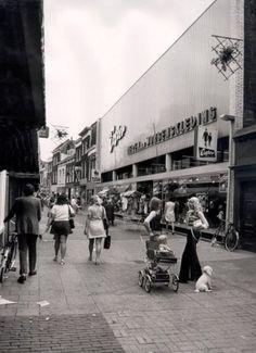 Datering tot: 1972-12-31 Beschrijving: De Hoogstraat ter hoogte van de winkel van Gebrs.Coster. Op deze plaats stond vroeger de pastorie van de R.K.Havenkerk.