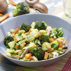 Gemüse putzen. Brokkoli in Röschen, Sellerie in feine Streifchen, Möhren in Stifte und Zuckerschoten in grobe Streifen schneiden. Champignons...
