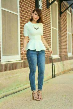 Para salir.  Jeans, blusa peplum (con vuelo en la parte baja) colo blanca, zapatilla café