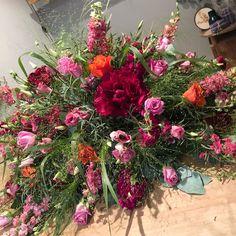 11 vind-ik-leuks, 0 opmerkingen - @bloemenateliersusanne op Instagram: ''Maak je iets moois voor onze buurvrouw? In rood/roze/oranje tinten' Graag... hopelijk geven deze…'