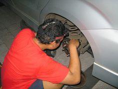 Cara Mengganti Minyak Rem Mobil    Cara Mengganti Minyak Rem Mobil- Minyak rem dalam sebuah rem cakram berfungsi sebagai penerus gaya dari tuas penekan ke kaliper untuk menekan kanvas rem (pad). Meskipun daya tahan dari minyak rem ini cukup lama namun tetap perlu dilakukan penggantian. Biasanya daya tahan minyak rem adalah 1...  Sumber : http://www.kioopo.com/cara-mengganti-minyak-rem-mobil-886?utm_source=PN&utm_medium=pinterest&utm_campaign=SNAP%2Bfrom%2BKioopo.com