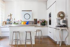 Une cuisine ouverte : Exubérant duplex avec rooftop [chez Sandrine Alouf] - Journal des Femmes