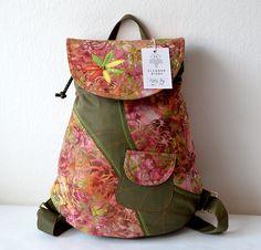 RIGBY+bag+no.+46+Květovaný+batůžek+je+vyroben+z+BALI+batiky,+která+je+velmi+vkusná+a+vždy+jedinečná+svými+barvami+a+motivy.+Batůžek+laděný+do+jarních+barev+se+hodí+na+Vaše+výlety+a+toulky+městem.+Uvnitř+batůžku+je+tmavě+podšívka,+menší+uzavíratelná+kapsička+na+zip.+Celý+batůžek+lze+stáhnout+šnůrkou+a+uzavřít+na+knoflík+(který+je+rafinovaně+schovaný+pod...