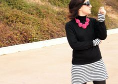 Look casual con vestido de rayas blancas y negras de Zara de otra temporada, maxicollar fucsia de Zara AW14, jersey negro y botas de caña moteras de Zara de otra temporada.