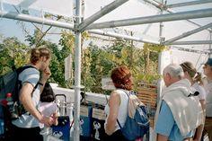 KLIMA-OASE: Nachrichten über den Hurrikan Katrina in der Karibik hängen als Lese-Stücke auf dem Balkon.