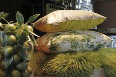Het HartmanGreen Valley sierkussen, gecombineerd met verschillende okergeel en groen tinten. Zo laat onze blogster Stefanie zen hoe onze buitenkussens ook heel leuk met binnenkussens te combineren zijn!