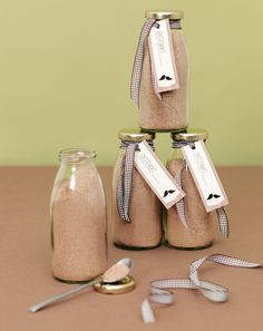 """Hausgemachte Cappuccino-Mischung - Die Cappuccino Mischung ist nicht nur ein tolles Gastgeschenk, sondern mit Wasser oder Milch aufgefüllt, auch eine wirklich leckere Art """"Danke"""" zu sagen. Die Herstellung ist kinderleicht. Einfach alle Zutaten miteinander vermischen und in kleine Gläser oder Flaschen füllen. Mit einer Banderole oder einem Ettiket verschönert lässt sich Ihr Gastgeschenk ganz wunderbar passend zum Hochzeitsthema individualisieren."""