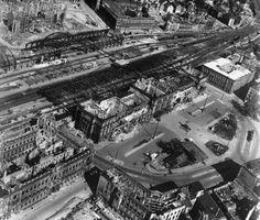 US-luftbild hannover bahnhof 1945 - Luftangriffe auf Hannover – Wikipedia World War I, Wwii, Paris Skyline, City Photo, Berlin, Germany, Military, History, Places