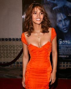 Discover recipes, home ideas, style inspiration and other ideas to try. Halle Berry Style, Halle Berry Hot, Halle Berry Bikini, Hally Berry, Celebrity Beauty, Celebrity Photos, Famous Women, Beautiful Celebrities, Celebrities Hair