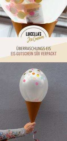 Perfekt als Geschenk für alle Eisliebhaber und super leicht nachzubasteln: Einfach einen Ballon mit Konfetti und Gutschein füllen, dann den Ballon aufpusten und zuknoten. Ein Band am Knoten anbringen. Waffeltüte aus Tonkarton basteln, das Band von oben nach unten durch die Tütenspitze ziehen, sodass der Ballon fest oben auf der Waffel sitzt. Unten an der Tütenspitze einen Knoten machen, um den Ballon zu fixieren. #diy geschenke #diy #gutschein verpacken #geschenkideen #basteln #gutschein… Diy Eis, Presents, Gift Wrapping, Blog, Gifts, Aurora, Cover Photos, Funny Pictures, Manualidades