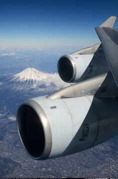 View of Mount Fuji and the engines of a Cathay Pacific Boeing Boeing Aircraft, Aircraft Engine, Airplane Window, Airplane View, Thermal Spraying, Monte Fuji, Cathay Pacific, Jet Engine, Commercial Aircraft