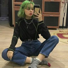 Grunge fashion is the clothing, accessories and hairstyles of the grunge music genre and subculture which emerged in Seattle, and had reached wide popularity by the early Grunge Fashion, Cute Fashion, Look Fashion, Korean Fashion, Fashion Show, Fashion Tips, 80s Fashion, Girl Fashion, Winter Fashion