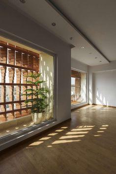 Deze te gekke bakstenen constructie zorgt voor lichtinval én privacy in huis - Roomed | roomed.nl