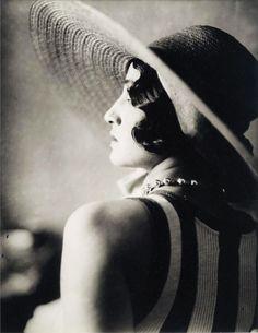 Renée [Perle], Juan les Pins, Mai 1930 (Jacques-Henri Lartique)