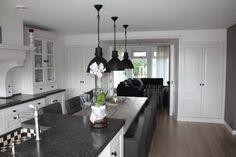 Kamer en suite keuken en eettafel aan keukenblok