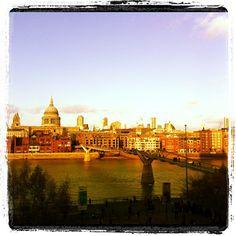 Un pensiero scomodo si insinua, Londra