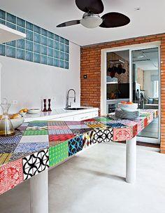 """Para a churrasqueira, a moradora idealizou uma bancada coberta de azulejos. """"Foi minha única escolha colorida. Todo o resto é neutro"""", diz. Projeto da arquiteta Rachel Nakata"""
