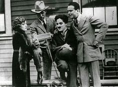 Charlie Chaplin is seen here with Mary Pickford, Douglas Fairbanks, and film director D. Griffith on the day they formed United Artists in UA, the first studio run by filmmakers, rather than businessmen. Charlie Chaplin, Golden Age Of Hollywood, Classic Hollywood, Old Hollywood, Hollywood Stars, Hollywood Cinema, Hollywood Celebrities, Hollywood Glamour, Paulette Goddard