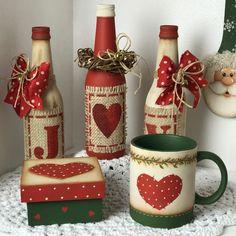 Olá meu povo lindoooooo! Lindezas do meu Natal!  Você já se inscreveu para participar? Este é o link para participar da semana da pintura http://pintura.duna.vc/  Beijinhos Tania #natal #decoration #madeira Diy Plastic Bottle, Diy Bottle, Wine Bottle Art, Wine Bottle Crafts, Jar Crafts, Christmas Wine Bottles, Painted Wine Glasses, Christmas Home, Christmas Crafts