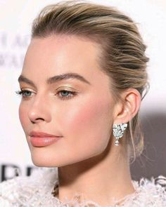 Margot Robbie beautiful natural glam makeup look. Golden shimmery eye shadow and a pink nude lip and blush. Maquillaje Glam Natural, Natural Glam Makeup, Glam Makeup Look, Day Makeup, Bride Makeup, Makeup Ideas, Makeup Tutorials, Fresh Makeup Look, Pink Makeup