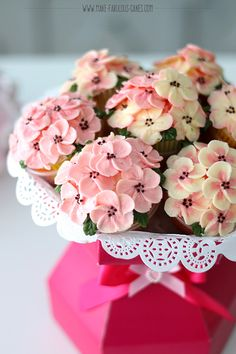 Easy Cupcake Bouquet Tutorial - Easy Cupcake Bouquet Tutorial with Video by Make Fabulous Cakes Perfect for Valentines, Mother's - Cupcakes Design, Floral Cupcakes, Spring Cupcakes, Strawberry Cupcakes, Cake Designs, Mothers Day Cupcakes, Mothers Day Cake, Valentine Day Cupcakes, Mini Cakes