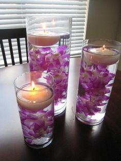 Vasos, velas y flores es todo lo que necesitas para hacer este hermoso centro de mesa, a veces no necesitas gastar demasiado en materiales para decorar tu hogar y este bonito y sencillo centro de mesa es una gran prueba de eso.