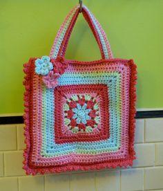 Je hebt nodig 2 grote squares en hupsakee, je hebt dan alweer een tas gehaakt en wat voor één, een hele leuke.