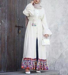 Flowy open abaya is the key of the elegant woman in Ramadan! Muslim women care about their beauty and their elegance in the holy month of Ramadan. Hijab Fashion Summer, Abaya Fashion, Muslim Fashion, Modest Fashion, Fashion Outfits, Emo Fashion, Outfit Pinterest, Iranian Women Fashion, Scarf Styles
