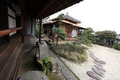 photo Japanese Style House, Traditional Japanese House, Japanese Design, Triangle House, All About Japan, Japan Garden, Japanese Architecture, The Masterpiece, Wabi Sabi
