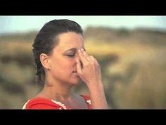 Técnica de Respiração das Narinas Alternadas (Nadi Shodhan Pranayama) | Arte de Viver Brasil