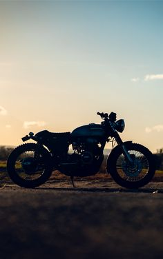 Feeling the warmth of the sun Cb750 Cafe Racer, Cafe Racer Motorcycle, Motorcycle Gear, Vintage Bikes, Vintage Motorcycles, Triumph Thunderbird, Motocross Riders, Classic Bob, Custom Cafe Racer