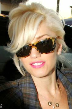 Gwen Stefani is so cute. Her hair reminds me of Marilyn Monroe here. Gwen Stefa Gwen Stefani is so cute. Her hair reminds me of Marilyn Monroe here. Gwen Stefani is so cute. Her hair reminds me of Marilyn Monroe here. Haircuts For Long Hair, Haircuts With Bangs, Short Hair Cuts, Short Hair Styles, Haircut Short, Modern Haircuts, My Hairstyle, Girl Hairstyles, Glasses Hairstyles