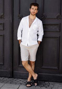 Leinen ist ein toller und angenehmer Stoff für den Sommer. Daniel zeigt, wie er Leinen am liebsten kombiniert. Er trägt beige Shorts mit einem weißen Hemd. Seine Badesandalen perfektionieren den Look. Ein schönes Outfit für warme Tage. Flip Flop Sandals, Slide Sandals, Abercrombie Men, Mens Flip Flops, Sandals Outfit, Male Feet, Male Poses, Summer Looks, Warm Weather
