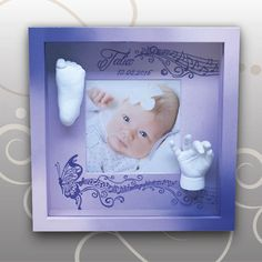 Bilderrahmen in lila Variante mit Babyabdrücken, Schmetterling und flatternden Noten..., Ivana Irmscher Be happy Gipsabdruck Fürth, www.be-happy-gipsabdruck.de