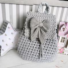 Este posibil ca imaginea să conţină: dungi Yarn Bag, Bag Pattern Free, Crochet Winter, Crochet Handbags, Simple Bags, Crochet Slippers, Knitted Bags, How To Make Bows, Handmade Bags