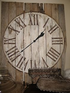 Turn a pallet into a large wall clock! Check out french numbers on internet or just go shabby chic Decoration Palette, Decoration Bedroom, Diy Projects To Try, Pallet Projects, Craft Projects, Pallet Crates, Pallet Art, Diy Pallet, Pallet Ideas