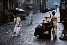 Steve McCurry is one of the most legendary and renowned photographer of all time. Steve McCurry doesn't need much of an introduction amongst the Magnum Photos, Martin Parr, We Are The World, People Of The World, Van Gogh, Steve Mccurry Photos, Vivre A New York, World Press Photo, Monsoon Rain