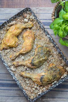 A sóban sült csirkecombok sóburokja hasonlóan működik a kemencéhez, így lesz a megsütött hús kívül ropogós, belül pedig szaftos és puha. Zöldfűszerekkel a bőre alatt még finomabb. Köretként elég hozzá a saláta.