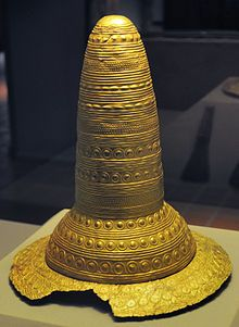 The Golden Hat of Schifferstadt was discoveres in a field near the town of Schifferstazdt in southwest Germany in 1835. It is a Bonze art artefact made of thin sheet gold and served at the external décoration of a head-dress, probably of an organic matérial, with a brim and a chin-strap. Circa 1, 400-1,300 BC.