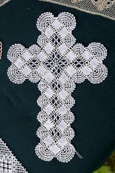 Bobbin lace cross by sirchuckles Bobbin Lace Patterns, Thread Crochet, Crochet Doilies, Crochet Bedspread, Types Of Lace, Lacemaking, Lace Heart, Tatting Lace, Tricot