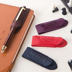 Ardium Synthetic leather magnet pen holder classic by Ardium. The Magnet Pen holder classic allows you to hold your pen with a magnetic closure. Leather Gifts, Leather Craft, Leather Bag, Roterfaden, Cute Pens, Pen Case, Leather Projects, Pen Holders, Pencil Holder