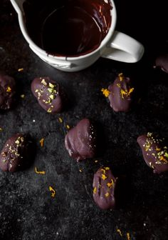 Chocolate dates - Trois fois par jour Healthy Dessert Recipes, Clean Recipes, Easy Desserts, Sweet Recipes, Desserts Sains, Smoothies, Love Eat, Breakfast Dessert, Holiday Desserts