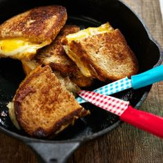 Cast Iron Skillet Grilled Cheese ~ with plenty of cheese and butter. How to get the BEST grilled cheese ever! Cast Iron Skillet Cooking, Iron Skillet Recipes, Cast Iron Recipes, Skillet Meals, Skillet Food, Camping Dishes, Camping Meals, Vegetarian Camping Recipes, Cooking Recipes