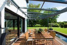 De Solarlux tuinkamer biedt op een perfecte manier openheid en bescherming tegelijkertijd. Bij wind of regen sluit u de glaselementen, zodoende bent u optimaal beschermd. Bij zonneschijn opent u uw tuinkamer in een handomdraai en kunt u genieten van een openluchtterras.